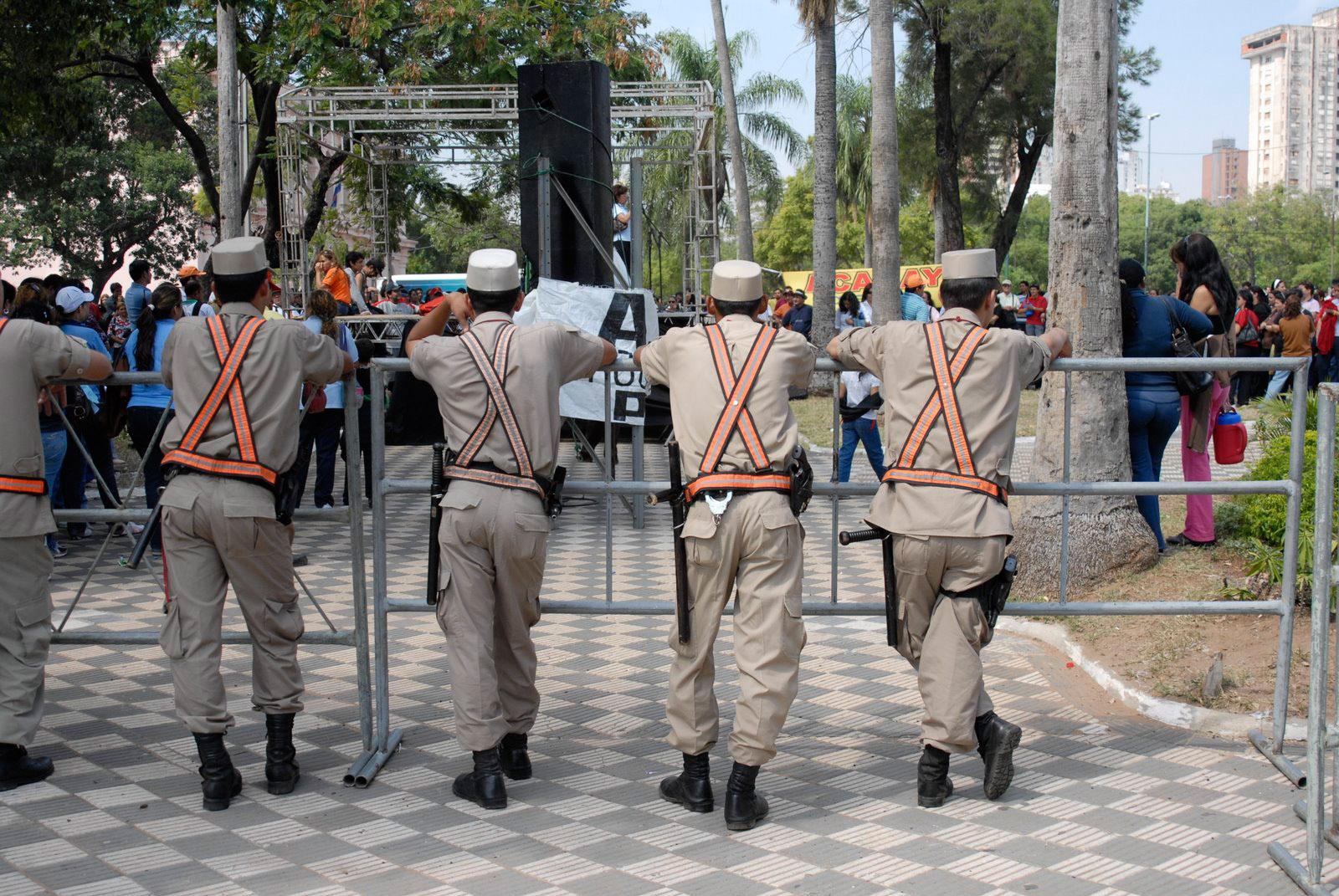 """Polizisten auf der """"Plaza de la Independencia"""" in Asunción. Foto: Horst Martens"""